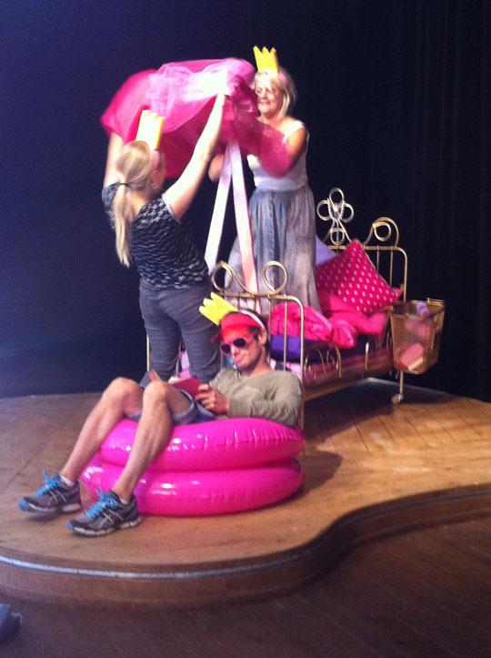 scen ur föreställningen När prinsessor tar semester